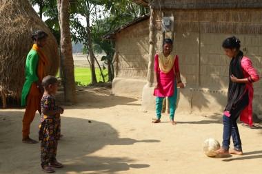 kalsindur Sajeda mit Ball und Freundinnen