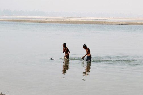 Gaibandha Kinder im Fluss